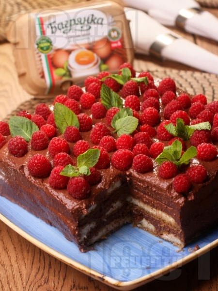 Домашна лесна и вкусна шоколадова торта с бишкоти, кафе, малини, маскарпоне, шоколад, какао и яйца Багрянка - снимка на рецептата